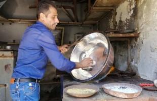 مهنة منقرضة تعود للحياة في سوق النحاسين بحلب السورية - فيديو وصور