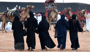 بالفيديو... فتاة معلقة بين السماء والأرض أمام الملأ في السعودية