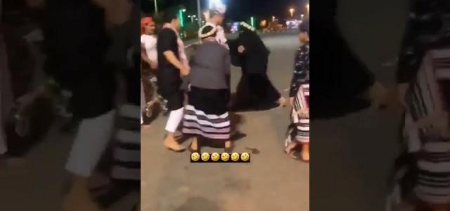 شباب يعتدون على بائعة في السعودية.. فيديو!