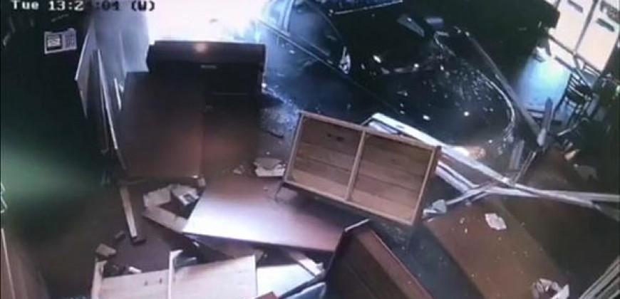 حادث مروع في مدينة عربية... سيارة تقتحم مطعما وتطيح بالزبائن (فيديو)