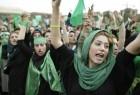 """احتجاجًا على غلاء المعيشة.. متظاهرة إيرانية تعبر عن غضبها بطريقة """"غريبة"""""""