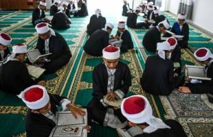بالعمامة والجلباب.. ماليزيون يحيون ذكرى نزول القرآن الكريم
