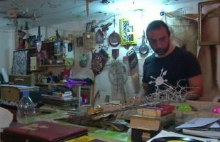 """""""أكاذيب روحية""""... إبداع فنان لبناني بإعادة تدوير المخلفات"""