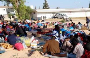 قصف وسخرة وحرمان من الطعام... مراكز احتجاز المهاجرين في ليبيا تحت المجهر