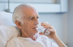 كيف يواجه كبار السن جفاف الفم؟