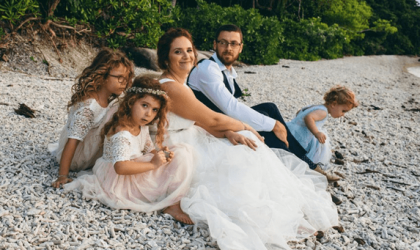 كسرًا لقوالب النمطية الجنسانيّة.. أم تسمح لابنها بارتداء فستان لحضور حفل زفافها