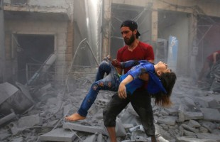 قناة روسية توثق القصف الكثيف لمناطق المعارضة بإدلب