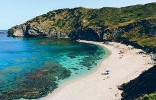 6 سنوات سجن و3 آلاف دولار لسائحين سرقا رمال من جزيرة سردينيا الإيطالية