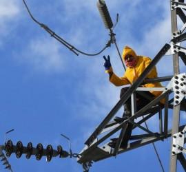 مغامر يسير على حبل معلق على ارتفاع 180 قدما في مشهد يحبس الأنفاس... فيديو