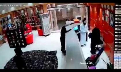 طلب منها مرافقته لغرفته.. رجل يضرب موظفة سعودية يشعل مواقع التواصل