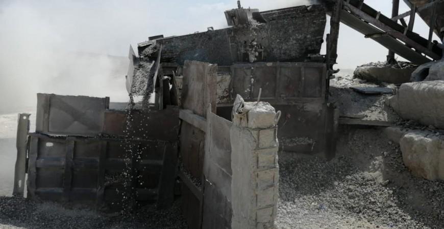 """تحويل الخرسانة بواسطة آلية تسمى """"الكسارة"""" تحطم الكتل الإسمنتية إلى حصى صغيرة تستخدم في صناعة حجارة البناء"""