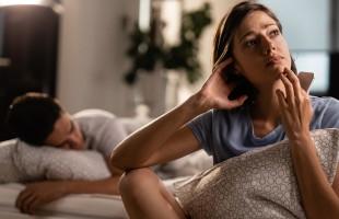 نوم الزوجين بغرفتين مُنفصلتين يُفيد علاقتهما.. بهذه الحالات فقط!
