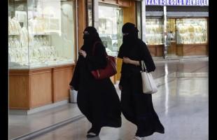 طالبة سعودية تتعرض للسحل بسبب العباءة.. فيديو صادم!