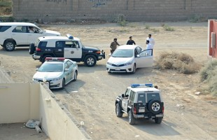 بالفيديو... سرقة محطة وقود في السعودية وإصابة عامل