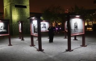 بعد بتر قدميه بأفغانستان.. مصور بريطاني يوثق فظائع الحروب بمعرض فني في الدوحة