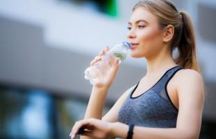 هل يُساعد تناول كوب من الماء الساخن قبل الاستحمام بإنقاص الوزن؟!