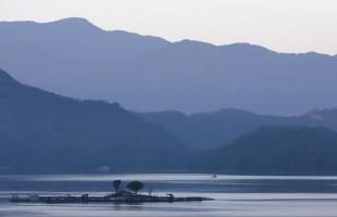 سياحة ويوغا واسترخاء.. شاهد أجمل البحيرات في العالم