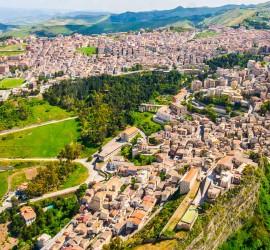 بلدة إيطالية تعرض منازلها مجانًا لجذب سكان جدد.. وهذه الشروط لامتلاك أحدها