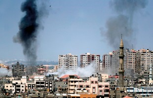 بالفيديو- شهيدان في قصف جيش الاحتلال مناطق بقطاع غزة واطلاق صواريخ على بلدات إسرائيلية